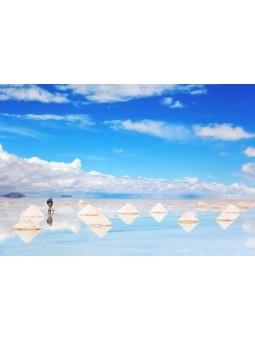 Tas de sel rose miroir sur le Salar d'Uyuni