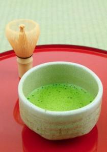 bol de thé vert matcha avec son chasen