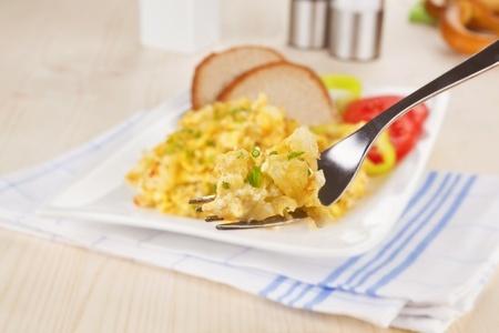Recette : Oeufs brouillés à la tomate séchée et ciboulette