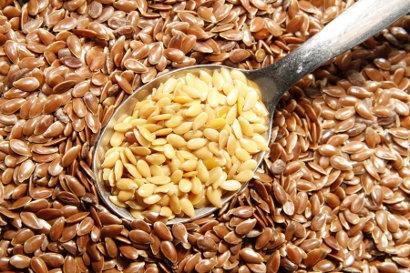graines de lin dorées et brunes